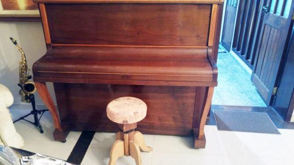 Piano com banquinho